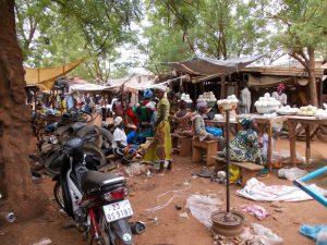 DSCN0248 - Boules de karité au marché de Kaya