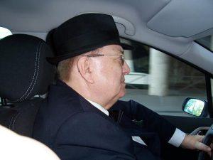 L'habit traditionnel d'un directeur administratif en Bleu, le costume bleu marine avec chapeau